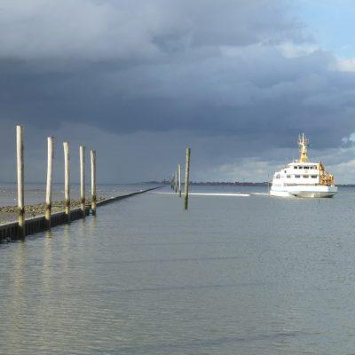 Einfahrt in den Hafen Neßmersiel